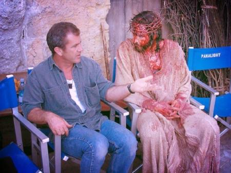 """Mel Gibson y Jim Caviezel como Jesucristo ensangrentado en el rodaje de """"La pasión de Cristo""""."""