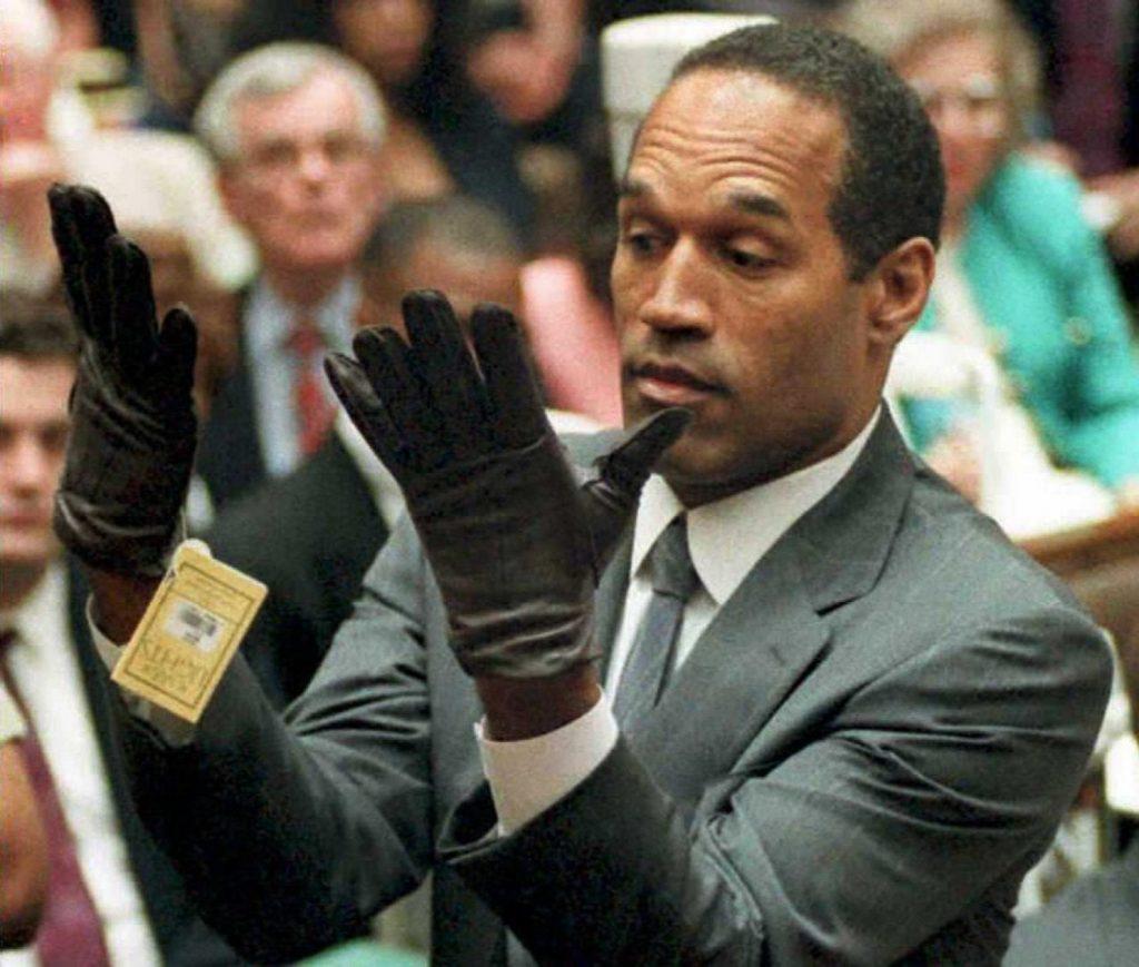 O.J. Simpson con los guantes