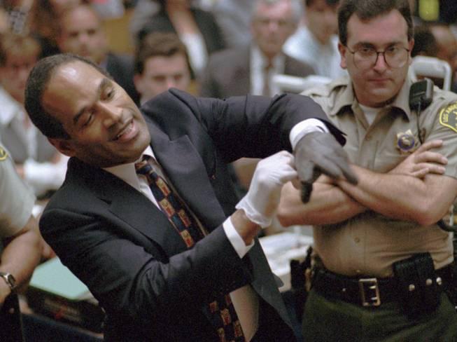 O.J Simpson con los guantes
