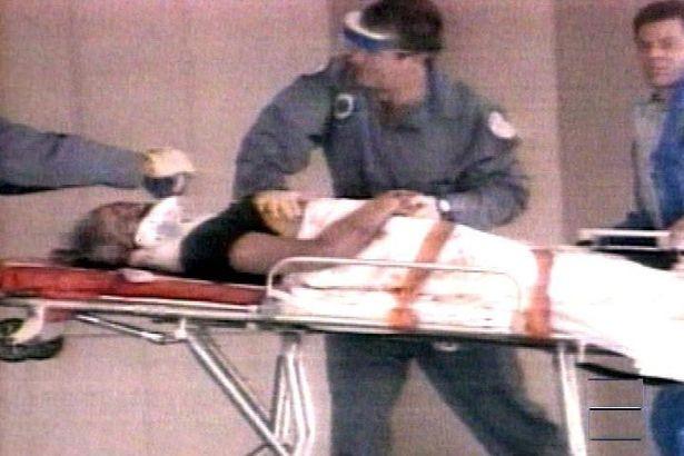 Gianni Versace llegando en camilla al hospital.