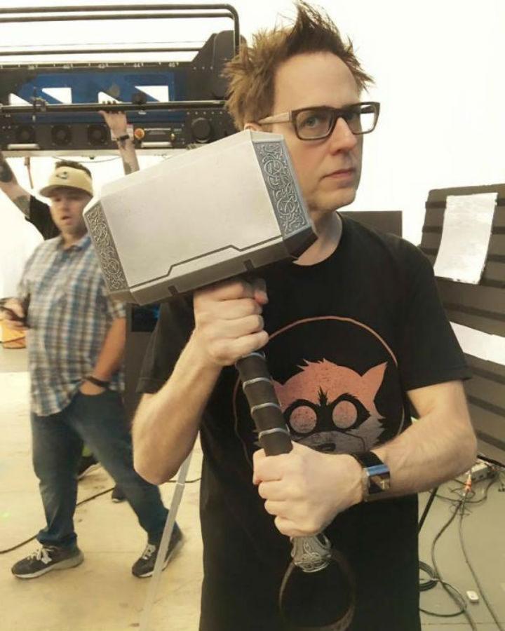 James Gunn con el martillo de Thor.