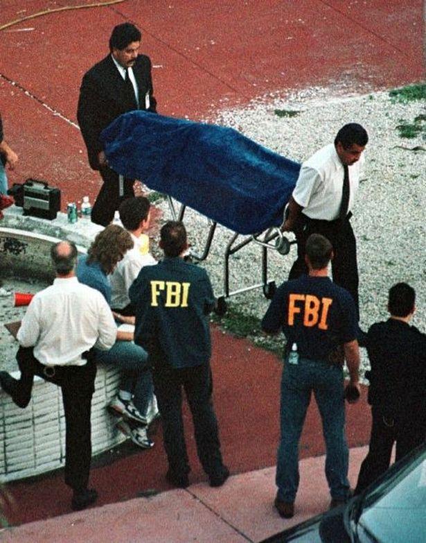 Levantamiento del cadáver de Andrew Cunanan.
