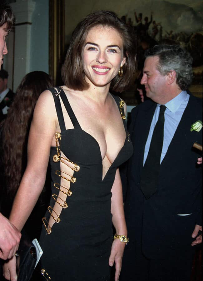 """Liz Hurley con el """"vestido de imperdibles"""" de Versace."""