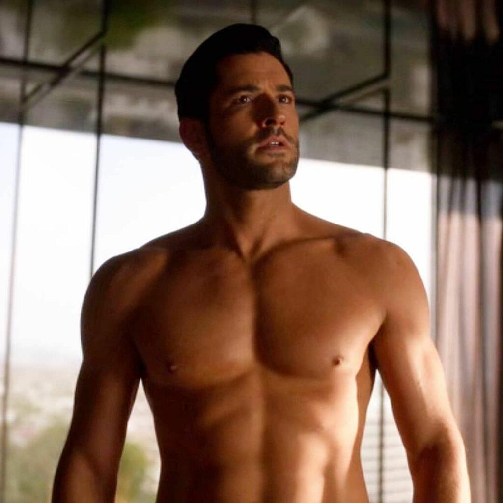"Tom Ellis luciendo torso desnudo en ""Lucifer""."
