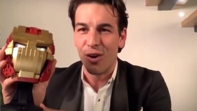 Mario Casas con su peculiar premio Goya.