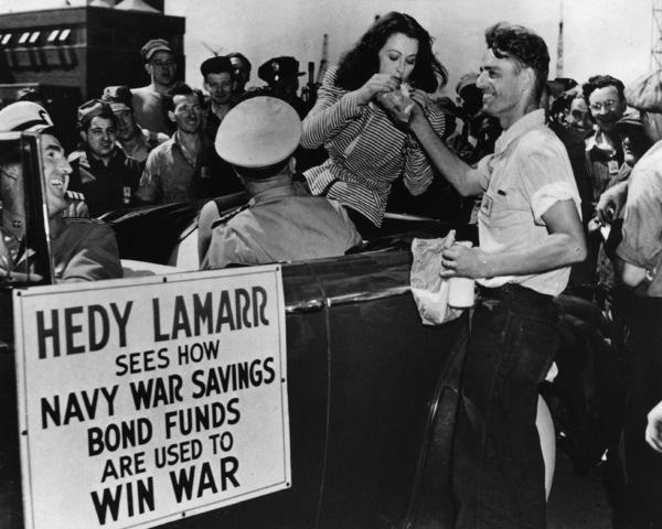 Hedy Lamarr vendiendo bonos de guerra.
