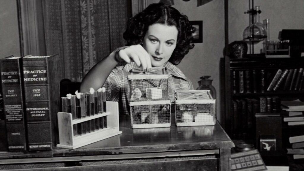 Hedy Lamarr inventando.