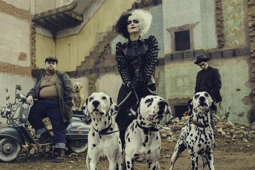 """Emma Stone y sus secundarios cómicos en """"Cruella""""."""