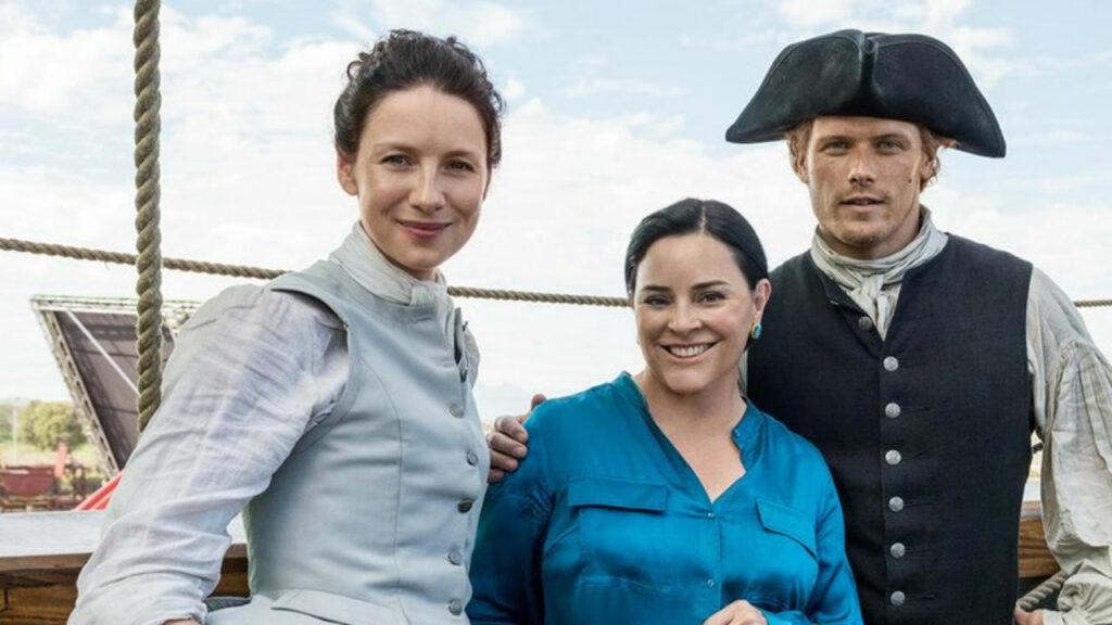 """Caitriona Balfe, Diana Gabaldon y Sam Heughan en una pausa del rodaje de """"Outlander""""."""