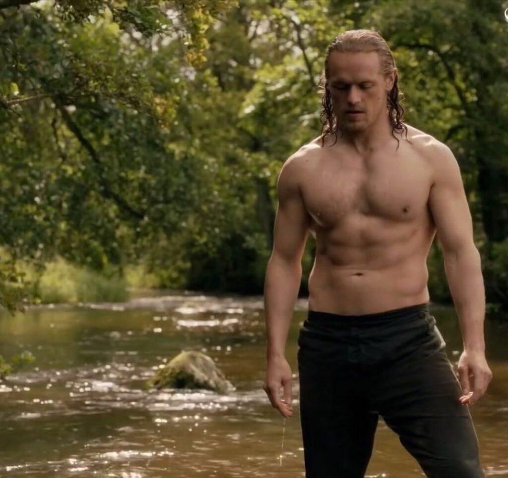 """Sam Heughen, torso fornido en """"Outlander""""."""