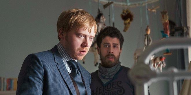 "Rupert Grint y Toby Kebbell en ""Servant""."