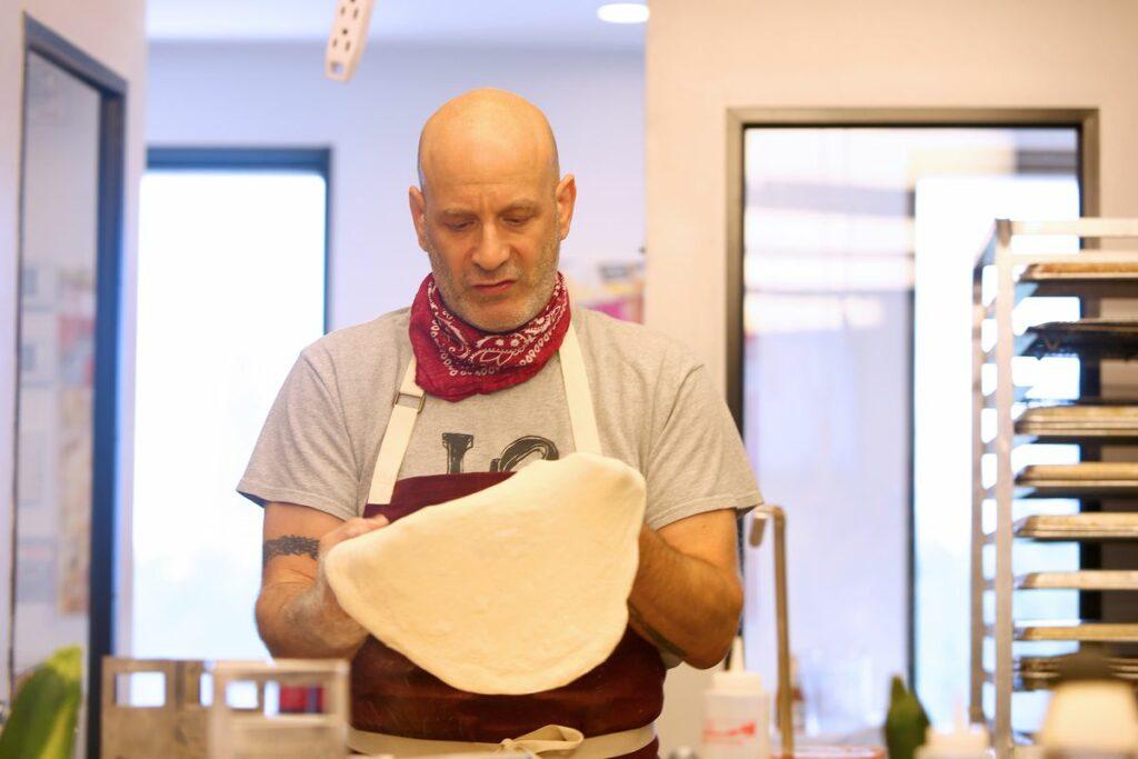 "Marc Vetri, supervisor culinario del rodaje de ""Servant""."