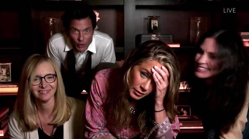 """Jason Bateman haciendo un """"photobomb"""" a las chicas de """"Friends""""."""
