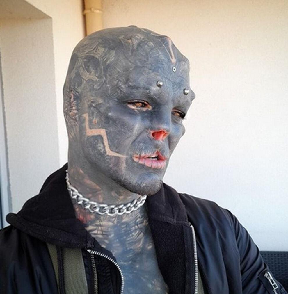 """""""The Black Alien"""": sin nariz ni orejas."""