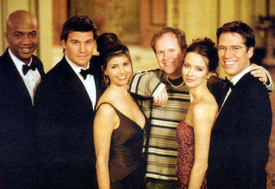 """Charisma Carpenter junto a Joss Whedon y otros miembros del equipo de """"Angel""""."""