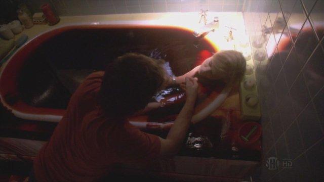 "Julie Benz, muerta en la bañera de ""Dexter""."
