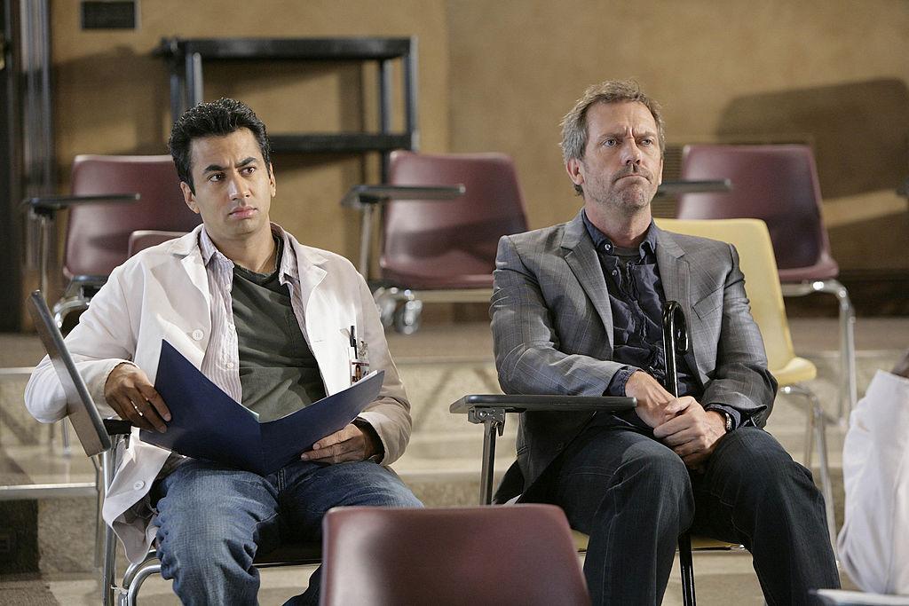 """Kal Penn, con Hugh Laurie, en """"House"""": otro ejemplo de muertes en series."""