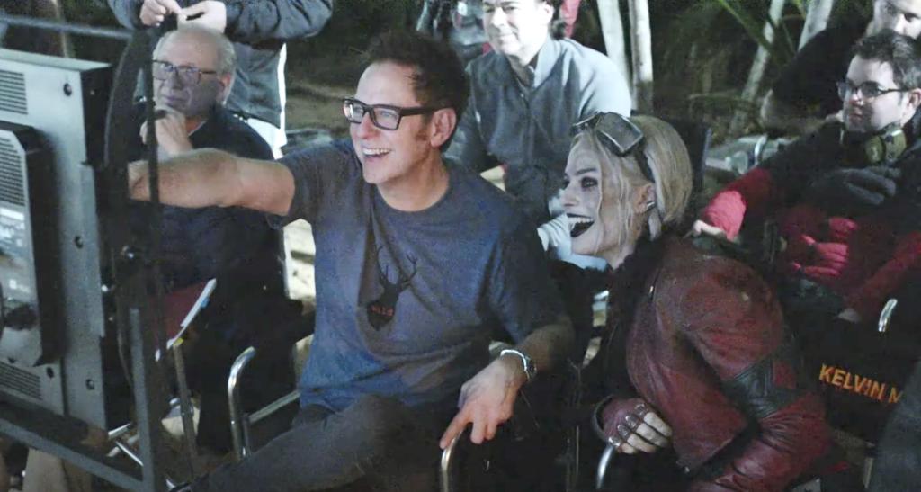 James Gunn con Margot Robbie caracterizada como Harley Quinn.