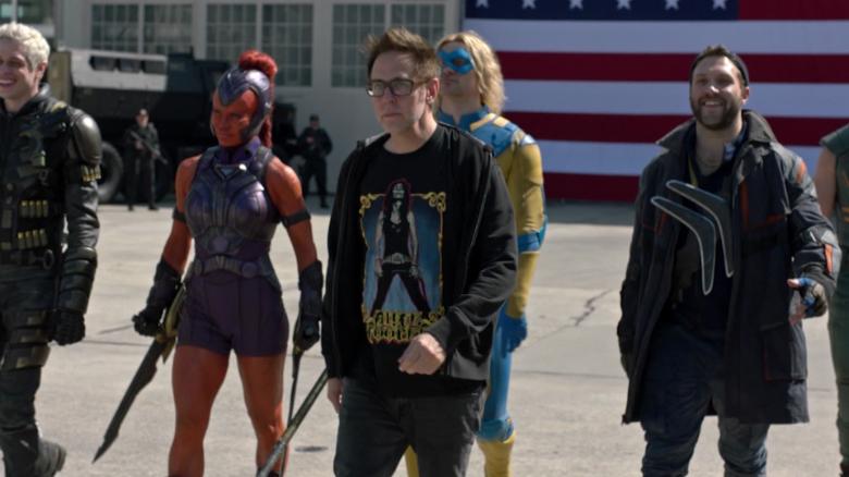 """James Gunn enseñando a desfilar a """"El escuadrón suicida""""."""