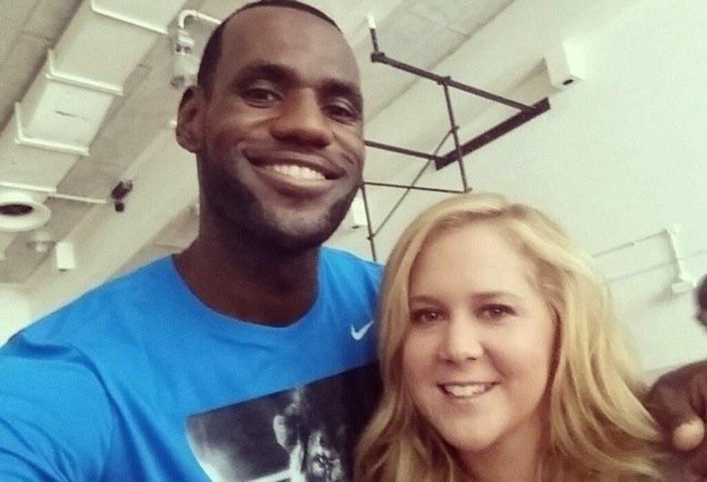 """Deportistas en el cine: LeBron James con Amy Schumer en la promoción de """"Y de repente tú""""."""